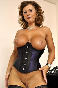 Frau mit perfekten titten nackt